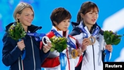 쇼트트랙 여자 500 미터 결승에서 동메달을 획득한 한국의 박승희 선수가 금메달을 딴 중국의 지안로우 선수(가운데), 은메달을 획득한 이탈리아의 아리아나 폰타나 선수와 시상대에 나란히 서 있다.