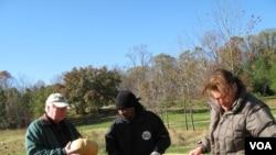 农场主卡尔和卡罗尔.布雷迪捐赠两吨西葫芦(美国之音斯格布尔拍摄)