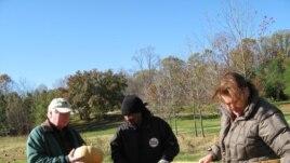 Nông trại của ông bà Carl và Carol Brady ở Mitchellville, Maryland tặng 2 tấn dưa cho tổ chức D.C. Central Kitchen.