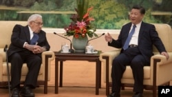 중국 베이징을 방문한 헨리 키신저 전 미 국무장관(왼쪽)이 2일 시진핑 중국 국가주석과 면담하고 있다.