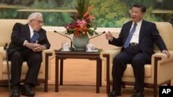 Mantan Menteri Luar Negeri Amerika Serikat, Henry Kissinger (kiri) bersama Presiden China Xi Jinping di Beijing, 2 Desember 2016 (Nicolas Asfouri/Pool Photo via AP).