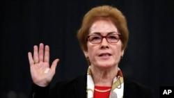 Cựu Đại sứ Mỹ tại Ukraine Marie Yovanovitch giơ tay tuyên thệ để khai chứng trước Ủy ban Tình báo Hạ viện trong Điện Capitol ở Washington, ngày 15 tháng 11, 2019.