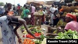 Il est de plus en plus difficile de trouver des denrées de première nécessité à des prix abordables sur les marchés, Bamako, Mali (VOA/Kassim Traoré).