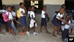 Elèves de l'école catholique Bolingani à Kinshasa, RDC, le 2 novembre 2006.