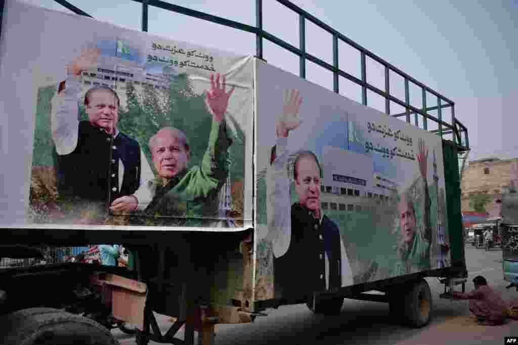مسلم لیگ (ن) کی ریلی کے لیے تیار کیا گیا ایک ٹرک