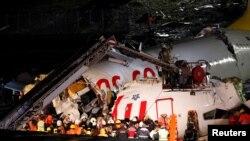 Para petugas pemadam kebakaran dalam operasi penyelamatan pesawat Boeing 737-86J milik Pegasus Airlines yang tergelincir di Bandara Sabiha Gokcen, di Istanbul, Turki, 5 Februari 2020. (Foto: Reuters)
