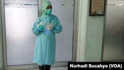 Seorang perawat di RSUP dr Sardjito mengenakan satu set alat pelindung diri (APD) lengkap. (Foto: Nurhadi Sucahyo/VOA)