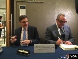 曾经担任负责东亚事务的美国助理国务卿的坎贝尔(右)签售新书 (美国之音莉雅拍摄)