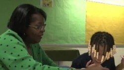 Светот на буквите: доброволци помагаат на деца од сиромашни квартови да научат да читаат