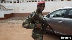 Soldado bissau-guineense de guarda, no quartel-general de Bissau (Arquivo)