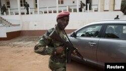 Soldado bissau-guineense em posição de guarda, no quartel-general de Bissau (Arquivo)