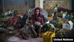 지난해 6월 차드 난민캠프에서 19살 여성이 자녀들을 데리고 구호 식량을 기다리고 있다. (자료사진)