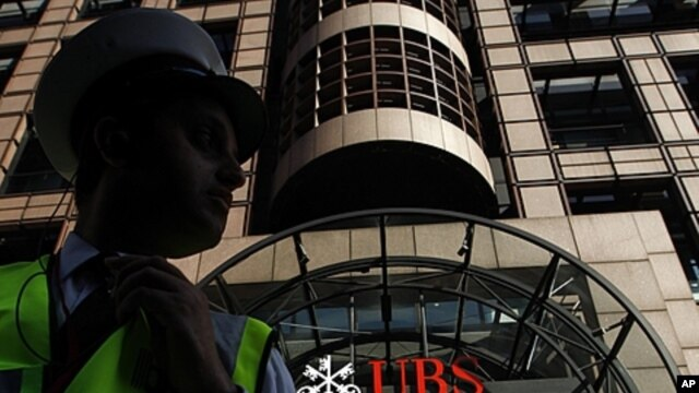 A security guard stands in front of a UBS bank in the City of London, September 15, 2011.