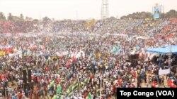 Des dizaines des milliers de partisans ont pris part au meeting de soutien au président Joseph Kabila au stade Tata Raphaël, à Kinshasa, RDC, 29 juillet 2016. (Crédit Top Congo)