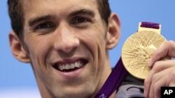 El nadador estadounidense Michael Phelps muestra su medalla olímpica número 19, que obtuvo en Londres, en los relevos estilo libre 4X200 metros.