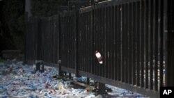 反日示威者在日本驻北京大使馆大门前投掷水瓶(2012年9月16日)