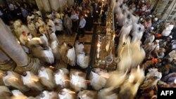 مراسم مسيحيان در کليسای مقبره مقدس در اورشليم