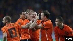 Para pemain Belanda bergembira bersama Dirk Kuyt setelah ia mencetak gol pada pertandingan kualifikasi Piala Eropa 2012 melawan Hongaria di Amsterdam hari Selasa (29/3).