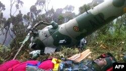 Tim pencari Kenya menyelamatkan seorang pilot helikopter Uganda, Chris Kasaija, yang jatuh di Gunung Kenya (14/8).