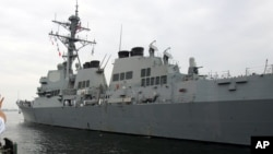 """停靠在日本横须贺海军基地的美国海军""""麦坎贝尔""""号导弹驱逐舰 - 资料照片"""