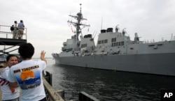 ກຳປັ່ນ USS McCampbell ຂອງກອງທັບເຮືອທີ່ບັນທຸກລູກສອນໄຟນຳວິຖີ ໄປເຖິງຖານທັບ Yokosuka ຢູ່ນອກນະຄອນໂຕກຽວ, ວັນທີ 9 ກໍລະກົດ, 2007