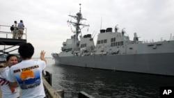Ракетный эсминец ВМС США McCampbell на военно-морской базе в Йокосука (Япония)