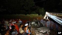 救援人員星期天地震發生後在尼泊爾災區救災