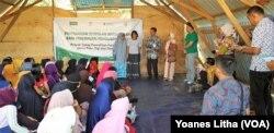 Para perempuan pemilik usaha mikro saat menerima bantuan dana stimulan dari YSKK dan Child Fund Internasional di salah satu bangunan di Huntara Duta Indah, Layana Indah, Palu, Kamis (4/7/2019). (Foto: Yoanes Litha/VOA)