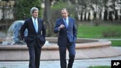 克里和拉夫羅夫在會談前在俄羅斯外交部官邸花園散步