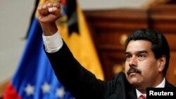 ဗင္နီဇြဲလား ဒုသမၼတ Nicolas Maduro သမၼတအျဖစ္ က်မ္းသစၥာက်ိန္ဆိုေနစဥ္။ (မတ္လ ၈ ရက္၊ ၂၀၁၃)။