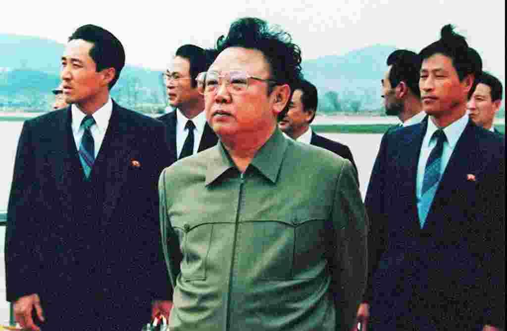 Kim Jong Il (tengah) di landasan pacu bandara Pyongyang, menanti kedatangan Presiden Tiongkok saat itu, Yang Shangkun, 17 April 1992 (foto: AFP).