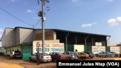 Le centre de visite technique délivre le document attestant du bon état du véhicule, à Yaoundé le 13 octobre (VOA/Emmanuel Jules Ntap)