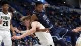 21일 미국 코네티컷 주 하트포드에서 열린 NCAA 대학 남자 농구경기에서 올드 도미니언 대학의 아저 디킨스와 퍼듀 대학의 메튜 하암스 공을 두고 치열한 몸싸움을 벌이고 있다.