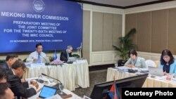 មន្ត្រីជាន់ខ្ពស់តំណាងឲ្យគណៈកម្មការទន្លេមេគង្គ ឬ Mekong River Commission (MRC) បានជួបប្រជុំគ្នាក្នុងដំណើររៀបចំកិច្ចប្រជុំប្រចាំឆ្នាំលើកទី២៦ ដែលនឹងប្រព្រឹត្តឡើងនៅថ្ងៃអង្គារ ទី២៦ ខែវិច្ឆិកា ឆ្នាំ២០១៩។ (រូបថតដោយ MRC)