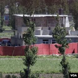 Kompleks persembunyian bin Laden di Abbottabad ditutupi sebagian dengan terpal merah, sehari sesudah penyerangan oleh pasukan AS.