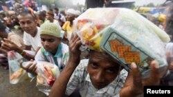 မွတ္တမ္းပံု - အင္ဒိုနီးရွား ႏိုင္ငံ အားေခ်းက ႐ိုဟင္ဂ်ာ ေရႊ႕ေျပာင္းေတြ စားနပ္ရိကၡာ တန္းစီ။ ေမလ ၃၁ ရက္ ၂၀၁၅။