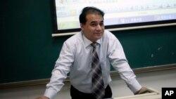 Ilham Tohti saat memberikan kuliah di Universitas Ventral Nationalities di Beijing, China (Foto: dok).