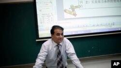 Bắc Kinh đã truy tố ông Tohti với một loạt các tội danh, và cáo buộc ông 'lợi dụng vị trí giáo sư để, xin trích, tung tin đồn, bóp méo, thổi phồng sự việc để gây xung đột, truyền bá tư tưởng ly khai, khích động hận thù sắc tộc, ủng hộ độc lập cho Tân Cương và tiến hành các hoạt động ly khai'.