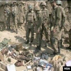 Afganistanske snage sigurnosti uz zapljenjeno oružje i drugi materijal pobunjenika u Afganistanu