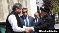 افغان صدر اشرف غنی وزیرِ اعظم پاکستان شاہد خاقان عباسی کا استقبال کر رہے ہیں۔