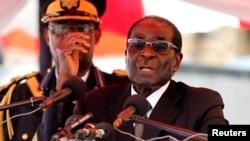 津巴布韦总统穆加贝对哀悼副总统的人群发表讲话