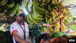 """Jainer Godoy, un comerciante de 32 años, opina que el Parlamento venezolano está enlodado en """"ansias de poder e intereses económicos""""."""