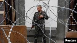 یکی از افراد مسلح جدایی طلب طرفدار روسیه در منطقه لوهانسک در شرق اوکراین - ۲۲ اردیبهشت ۱۳۹۳