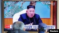 南韓民眾觀看電視新聞介紹北韓領導人金正恩的消息。(2020年4月21日)