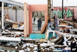 Warga memeriksa kerusakan rumah mereka pasca tornado melanda kota Nashville, Tennessee (3 Maret 2020).