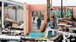 Destruição em Nashville depois de tornado ter atingido o estado de Tennessee.