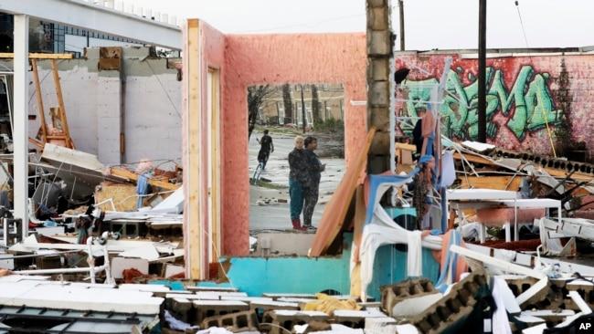 Cảnh đổ vỡ của một toà nhà bị lốc xoáy phá huỷ qua đêm ở Nashville, bang Tennessee. (AP Photo/Mark Humphrey)