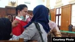 Meliana menangis sesaat sebelum dimulainya sidang vonis di pengadilan negeri Medan (21/8). (Foto courtesy: pengacara Meliana)