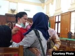 Meiliana menangis sesaat sebelum dimulainya sidang vonis di pengadilan negeri Medan (21/8). (Foto courtesy : pengacara Meiliana)