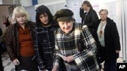 克羅地亞選民12月4日在一個投票站外